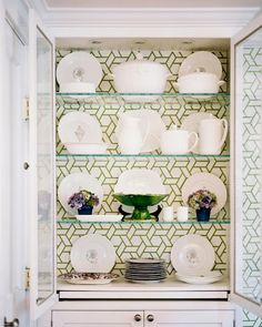 trasera de alacena decorada con el #papelpintado #trellis en color verde manzana