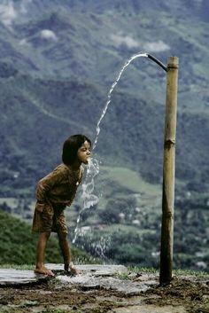 Così, come un gesto devoto, bere l'acqua nel cavo della mano o direttamente alla sorgente, fa si che penetri in noi il sale più segreto della terra e la pioggia del cielo. Marguerite Yourcena…