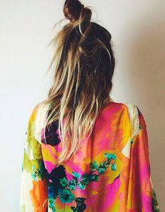 Coiffure de plage cheveux longs avec bun haut perché sur le crane