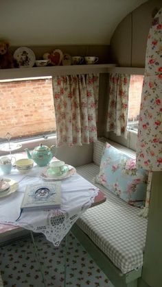 Dreamy Caravan Interiors i wonder how all that china on the shelf will fare when the camper is in motion. Shabby Chic Caravan, Retro Caravan, Camper Caravan, Retro Campers, Vintage Campers, Vintage Airstream, Camper Life, Rv Campers, Rv Life