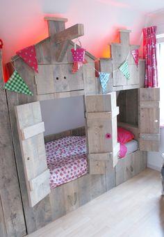 Bedstee kinderbed van steigerhout in de vorm van een pakhuis