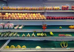 Zu schön, um reinzugreifen: Gemüsetheke in einem Einkaufszentrum neben dem Schwimmbad in Naypyidaw. by marcel klovert