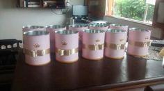 Centro para as mesas, só colocar as flores. Lata de leite ninho, encapada com contact rosa, fita de cetim dourada com strass rosa, adesivo de coroa e tampa da lata no fundo para dar acabamento