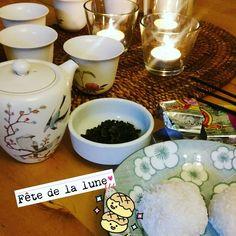 Pour célébrer la fête de la lune j'improvise une cérémonie du thé, j'allume de l'encens et je dispose même des boules de coco. Pour le vraie gâteau de lune on verra une autre fois. 🌜🌛🌜🌛🌜🌛🌜🌛🌕🌕🌕 #happy #happymilleuille #tea #tealover #cupoftea...