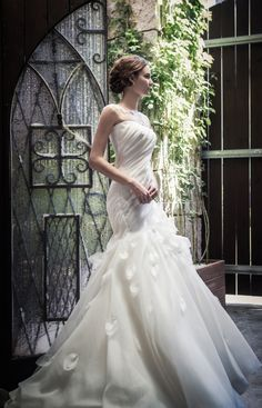 Semi Mermaid, organza silk wedding dress. Dress draped with lace give slim look. Wide skirt accentuates the bodice more slim.   www.sonyunhui.com   #촬영드레스, #웨딩촬영, #웨딩, #웨딩준비 #결혼준비 #가든웨딩, #하우스웨딩,  #웨딩드레스, #케이트엘린, #케이트엘린드레스