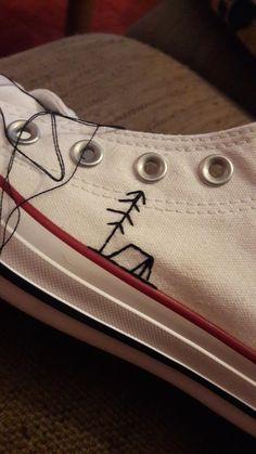 Ein converse bestickt mit einem Zelt und einem Baum Diy Embroidery Shoes, Embroidery Art, Cross Stitch Embroidery, Diy Couture, Diy Converse, Sewing Hacks, Sewing Crafts, Sewing Projects, Crafts To Do