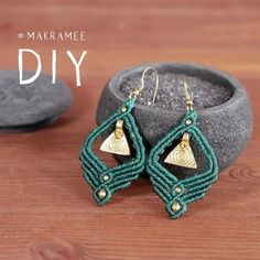 Instructions for fancy macrame earrings in oriental style. The spiral pendant in the middle draws the eye like magic. Macrame Jewelry Tutorial, Macrame Art, Earring Tutorial, Micro Macrame, Crochet Jewelry Patterns, Macrame Patterns, Bracelet Crafts, Jewelry Crafts, Diy Friendship Bracelets Patterns