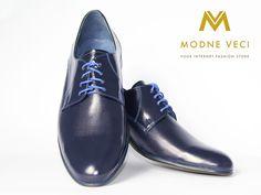 Trendy elegantné pánske kožené topánky v tmavo-modrej farbe.