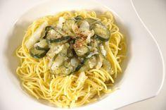 Frisch aus dem Italienurlaub muss dieses Gericht natürlich sein, zumal die Zucchini im Garten gerade Erntereif sind :-) So lecker!! http://www.umgekocht.de/2015/01/spaghetti-glutenfrei-aglio-e-olio-con-verdure/