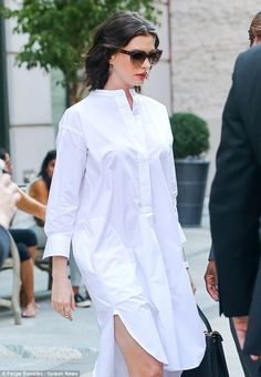 Anne Hathaway looks chic in shirt dress leaving her NYC hotel Cotton Shirt Dress, Midi Shirt Dress, Collar Dress, Cotton Dresses, Dress Sleeves, African Fashion Dresses, African Dress, Look Fashion, Fashion Outfits