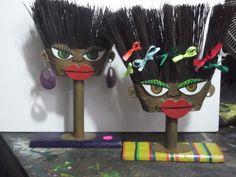 esculturas feitas com vassouras por Bianca Branco em Ateliê de Artes 587