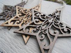 Este listado está para un conjunto de 3 adornos estrellas grandes, laser-corte madera. Puede ser utilizados en un árbol o colgados alrededor de una casa. Cada uno mide alrededor de 3 de ancho y ha sido coloreado con un tinte diferente. Cada una tiene un trozo de cuerda atado, por lo que