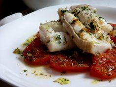 Merluza a la plancha sobre capa de tomates al horno