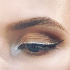 Sophisticated silver black eyeliner using Mac pigment platinum with Mac mixing medium eye liner and Mac blactrack . The make-up @ralphandrusso @maccosmetics #maccosmetics #macnationalartist #macbackstage #pfw #eyes #eyeliner