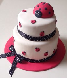 Lindo bolo joaninha, para uma linda festa de 1 aninho!