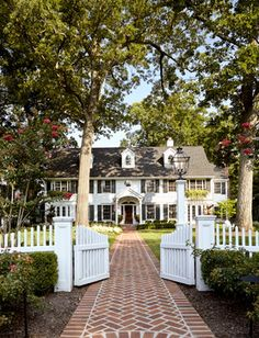 White Picket Fence + Brick Walkway + Perfect White House - reminds me of father of the bride ! Brick Sidewalk, Brick Walkway, Brick Fence, Front Walkway, Exterior Tradicional, Design Exterior, White Picket Fence, Picket Fences, White Fence