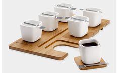ホームパーティーなどで一度に人が訪れると、お茶やコーヒーを出すのに手間取ってしまうもの。 何度もキッチンとリビングを往復…そんな経験がある人にオススメしたいのが、フランスのデザイン雑貨ブランド「LEXON(レクソン)」のコーヒーセット。 一見すると、木製のトレイにシンプルな白いカップが並べられているだけのよう