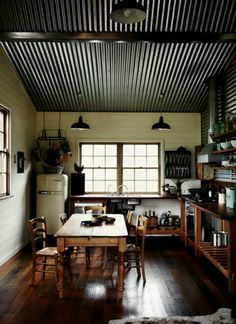 This kitchen has a corrugated metal ceiling and side wall. The dark and rough surface draws the eyes upwards in this room. It gives the room a rustic and country feel to it. I think it makes the room feel a bit smaller, than a light colour paint would do. Interior Walls, Home Interior, Kitchen Interior, Interior Design, Farmhouse Interior, Scandinavian Interior, Corrugated Tin Ceiling, Metal Ceiling, Black Ceiling