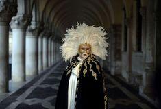 Traje de carnaval tradicional en Plaza San marcon Venecia. La persona que modela viene de correrse una juerga.