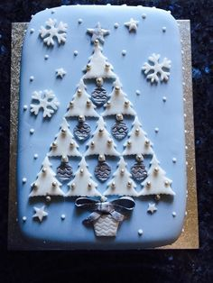 Beautiful Christmas Trees Cake cookie inspiration -- turn a boring cookie into art-- Christmas Cake Designs, Christmas Tree Cake, Christmas Cake Decorations, Christmas Cupcakes, Christmas Sweets, Holiday Cakes, Christmas Cooking, Christmas Goodies, Xmas Cakes