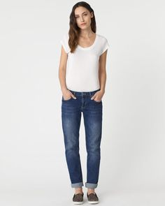Effortless boyfriend-fit jeans in classic cotton denim. Mid-washed denim for a soft colour finish and relaxed Hampton fit through the leg for an easy, laidback silhouette. Make these essential jeans part of your Jigsaw capsule wardrobe.