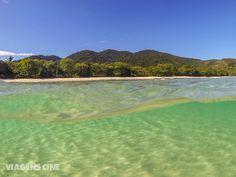 O mar cristalino da Praia de Lopes Mendes, em Ilha Grande, é um dos lugares imperdíveis do litoral brasileiro. Confira essas e outras praias no nosso ranking das melhores praias de RJ e do Brasil, no blog