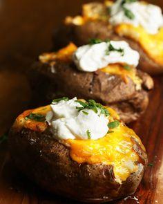 Diese 4 gefüllten Ofenkartoffeln lassen deine üblichen Kartoffelgerichte ganz schön alt aussehen