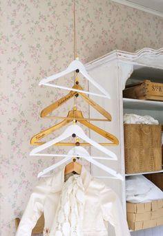 Kaipaatko paikkaa puolipitoisille vaatteille tai vieraiden takeille? Kaunis, katosta roikkuva naulakko syntyy helposti henkareista, eikä sen teko...