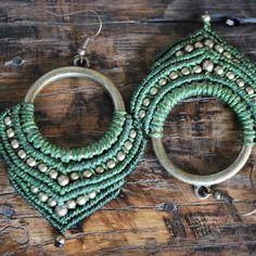 Boucles d'oreilles micro macramé vert et perles de laiton sur anneau en laiton
