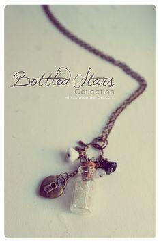 Un collar de botella de cristal pequeña hecha a mano con estrellas de brillo interior. :)  POR FAVOR SELECCIONE SU COLOR DE ESTRELLAS DE BRILLO DE 13