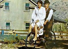 Rok 1900, Divoký západ. Bandité Butch a Sundance se zde rozhodnou přepadnout slavný Union Pacific Express - a to hned dvakrát za sebou. Poprvé jde všechno jako na drátkách, ale při druhém pokusu je překvapí strážci zákona. Od té doby jsou na útěku a…