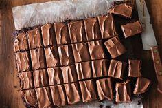 Vous cherchez une délicieuse façon d'utiliser les courgettes de votre jardin? Ces brownies au chocolat et à la courgette font d'excellentes gâteries. Pourquoi ne pas en servir? Essayez-les dès aujourd'hui!