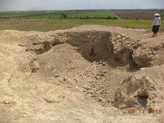 En la Zona Arqueológica Huaca 2 Cabezas podemos observar este gran pozo de huaquero. Podemos contemplar la arquitectura: Muros de adobe como también gran fragmentaria de cerámica, restos óseos, carbón y ceniza.