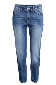 Girlfriend Jeans: CONSCIOUS. Jeans de 5 bolsos em ganga stretch lavada com pormenores de desgaste. Têm corte ligeiramente mais folgado com cintura de altura regular e pernas afuniladas pelo tornozelo. Artigo confecionado parcialmente em algodão orgânico.