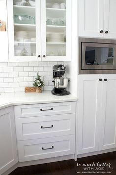 3 Functional White Kitchen Cabinets Ideas - Functional and spacious kitchen is a dream come true for many people. Start yours one by applying one of these 3 functional white kitchen cabinets ideas below! Industrial Style Kitchen, Farmhouse Style Kitchen, Home Decor Kitchen, Kitchen Furniture, New Kitchen, Kitchen Ideas, Kitchen Pulls, Kitchen Small, White Industrial