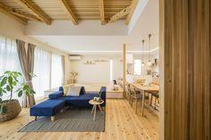 無垢の杉材を用いた床は、節やムラのある味わいと温かく優しい踏み心地が特徴。 Minimalist Kitchen, Divider, New Homes, Room, Inspiration, Furniture, Home Decor, Minimalistic Kitchen, Bedroom