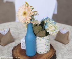 Casamento rústico. Casamento no campo. Decoração DIY. Garrafa pintada. Lata na decoração. Lata vintage. Rustic wedding.