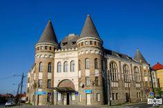 """""""Centrul vechi din Sighet își face și acum efectul pe care arhitecții vremii îl așteptau. Clădirile sale, construite la începutul secolului XX, te instigă să te plimbi, să le admiri arhitectura bogată simțindu-te ca într-un mic oraș imperial. Palatul Cultural Astra se potrivește perfect în acest peisaj: o clădire construită acum 101 ani…""""  Continuarea poveștii o poți afla pe: http://zigzagprinromania.com/palatul-cultural-astra"""