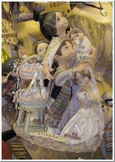 Ninots indultats. Estos muñecos son parte de una falla y han sido indultados del fuego. La falla infantil Na Jordana, representan a falleras y falleros y llevan los trajes típicos de la fiestas de Valencia.