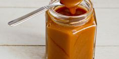 A quick and easy Caramel Sauce (in Dutch) Dutch Recipes, Sweet Recipes, Baking Recipes, Snack Recipes, Caramel Bonbons, Sticky Pudding, Cake Filling Recipes, Toffee Bars, Sweet Pie