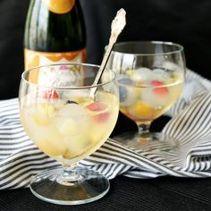 When your basic beverage could use a splash of color and sweetness, try these fruity cubes! So cute and easy for parties and gatherings. When your blah beverage could use a splash of color and sweetness. Fruity Drinks, Summer Drinks, Alcoholic Drinks, Beverages, Cocktail Recipes, Cocktails, Summer Treats, Diy Food, Food Videos
