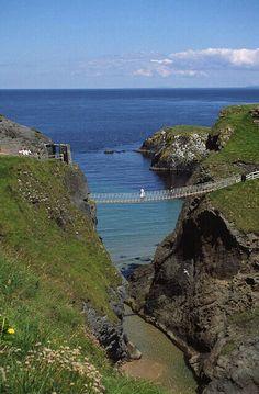 Noord Ierland. De brug lijkt me griezelig,  maar daar loop ik ooit over heen