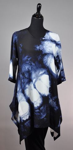 The monochromatic colour scheme with the contrast between white and blue is beautiful. Fabric Dyeing Techniques, Tie Dye Fashion, Shibori Tie Dye, Tie Dye Outfits, Textiles, Indigo Dye, Japanese Fabric, Tie Dye T Shirts, How To Dye Fabric