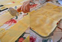Aprenda a fazer essa deliciosa massa de lasanha caseira, muito simples e fácil de fazer. Experimente! INGREDIENTES 400g de farinha de trigo refinada especial 3 ovos 2 gemas de ovo 1 colher (chá) de azeite extravirgem Sal COMO FAZER MASSA DE LASANHA CASEIRA MODO DE PREPARO Coloque todos os ingredientes em uma vasilha. Misture usando …