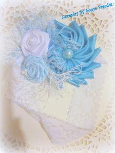 venda para bebe, en tonos azul y blanco.