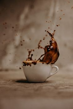 Coffee Cup Pictures, Coffee Cup Images, Splash Photography, Coffee Photography, Coffee Latte, Hot Coffee, Mugs Cafe, Chocolates, Coffee Shot