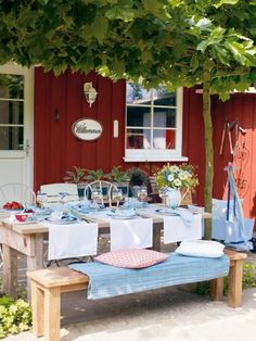 A perfect sunny summer lunch spot Mehr Swedish Cottage, Red Cottage, Outdoor Dining, Outdoor Spaces, Outdoor Decor, Swedish Style, Al Fresco Dining, Scandinavian Home, Porch Decorating