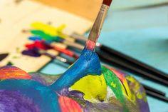 Per dipingere un quadro con i colori a tempera, non occorre acquistare tutte le tonalità che ci occorrono: ti basterà acquistare i colori primari, ossia il rosso magenta, il blu e il giallo, più il bianco ed il nero. Mescolandoli tra loro potrai ottenere tutte quante le tinte che ti servono.