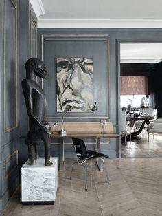 Sculptures & art against grey walls.  #grey #gray #interiordesign