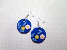 503 - boucles d'oreilles rondes bleues, fleurs, polymère (fimo) : Boucles d'oreille par tout-en-boucles